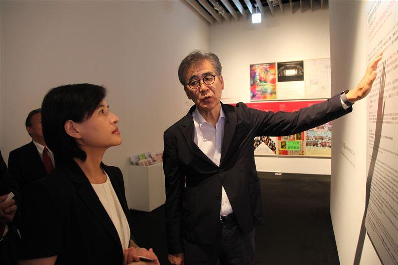 森美術館南條史生館長(右)向鄭麗君部長(左)解說「太陽雨:東南亞當代美術」展覽