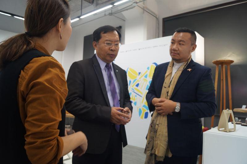 工藝中心許耿修主任與青年工藝家沈喬楓交流