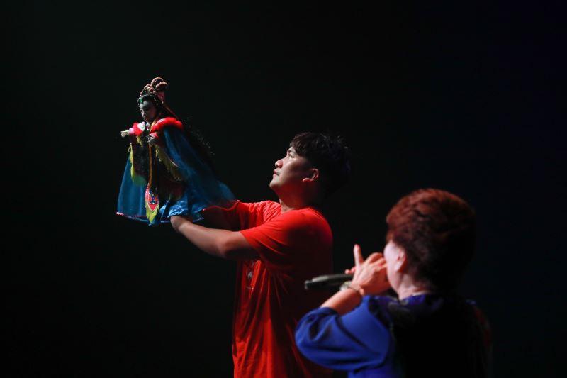 蕭志偉將現代元素融入傳統布袋戲,更與阿媽一起演出;圖為《怪俠紅黑巾‧水底鬼娶親》精彩劇照。