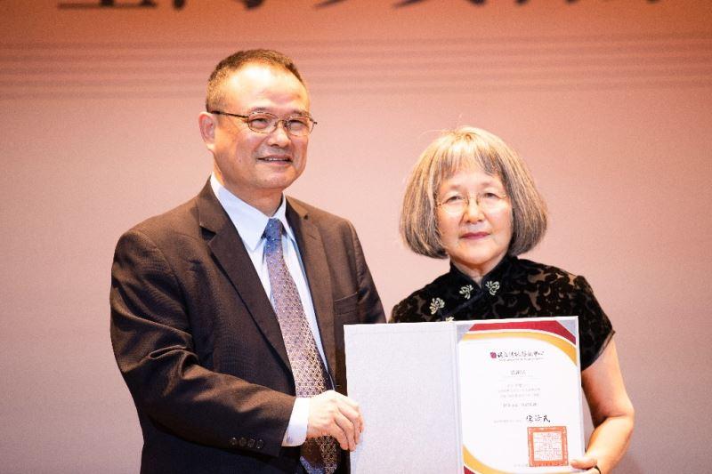 文化部蕭宗煌次長致贈感謝狀予作曲家陳懋良夫人沈曼女士