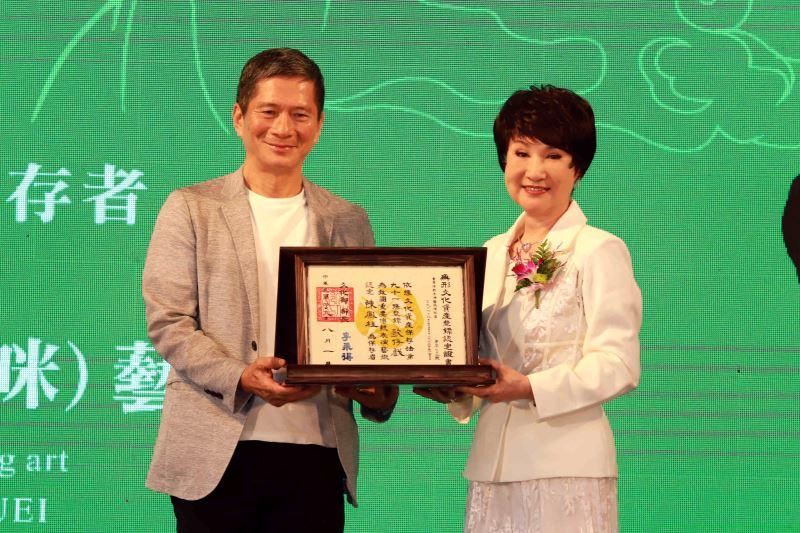 文化部長李永得授證「歌仔戲」保存者陳鳳桂藝師