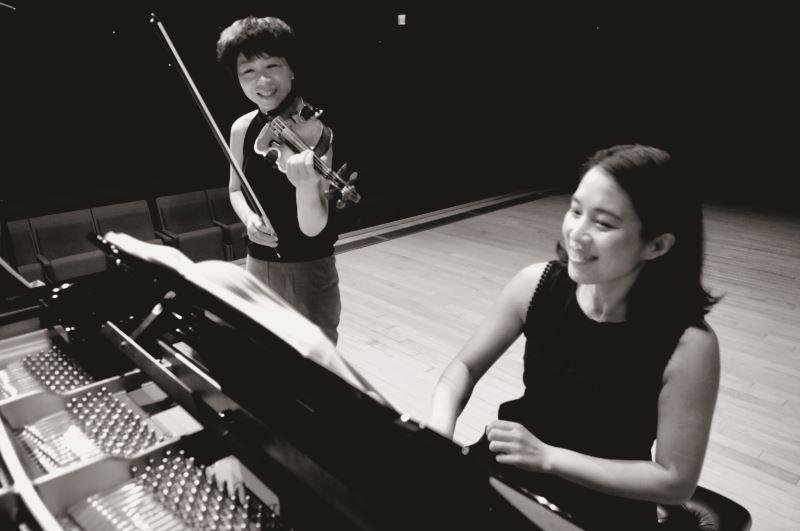 專輯中的「阿嬤吟詩」一曲,由小提琴與鋼琴演繹出張雅晴對阿嬤的思念。