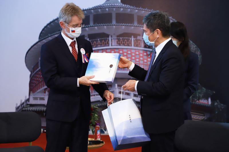 文化部長李永得致贈臺灣客家棉麻平織圍巾及禮節筆予捷克議長韋德齊(Miloš Vystrčil)。