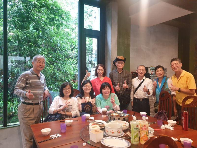 本分館109年辦理志工知性之旅,在三富休閒農場餐廳大合照