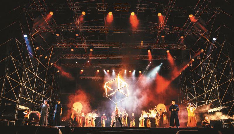 采風於2005年首創「東方器樂劇場」,結合傳統樂器、舞蹈肢體、戲劇表演等元素完成首部曲《十面埋伏》。