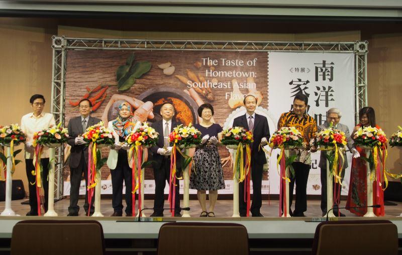 圖1南洋味家鄉味特展巡迴展於國資圖開幕(左起4臺博館館長洪世佑、