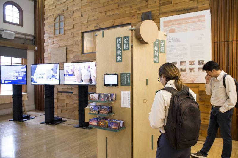 展示區展出六面樹報攤立面,內容截選跨部會 、縣市 、 民間計畫團隊之成果內容,兼具典範名人與庶民人物故事