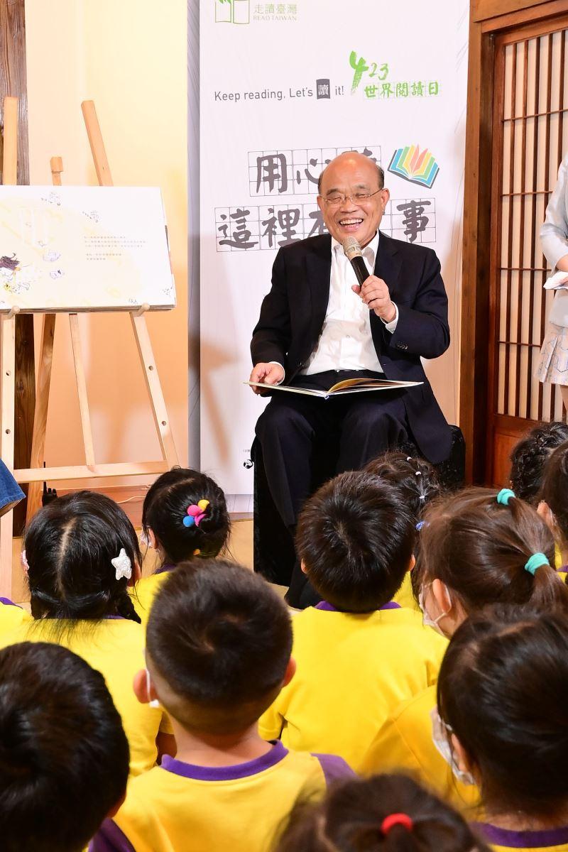 行政院長蘇貞昌於臺灣文學基地悅讀館中為孩童說故事