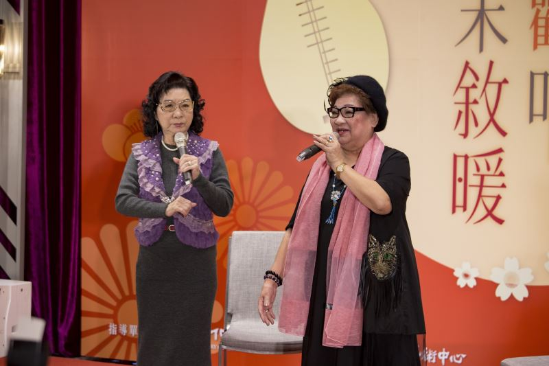Taiwanese opera artists Hung Ming-hsiu (left) and Hung Ming-hsueh.