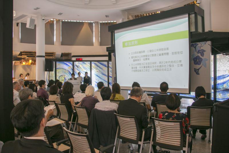 文化部影視及流行音樂發展司司長王淑芳說明修法草案內容。