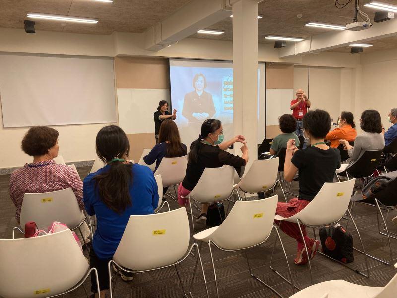 圖4_人權館臺灣手語服務培訓情形,鼓勵報名學員共同參與學習
