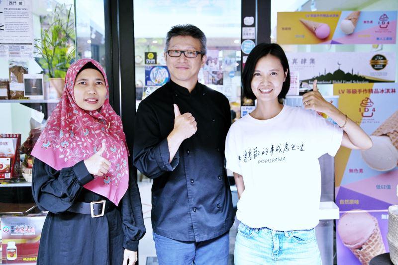 來自印尼,定居臺灣19年的丁安妮(左)、清真肆集老闆葉國憲(中)及計畫主持人陳小麥合影