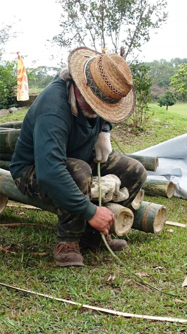 Amis crafts expert Lawai uses stone to treat fresh rattan stems.