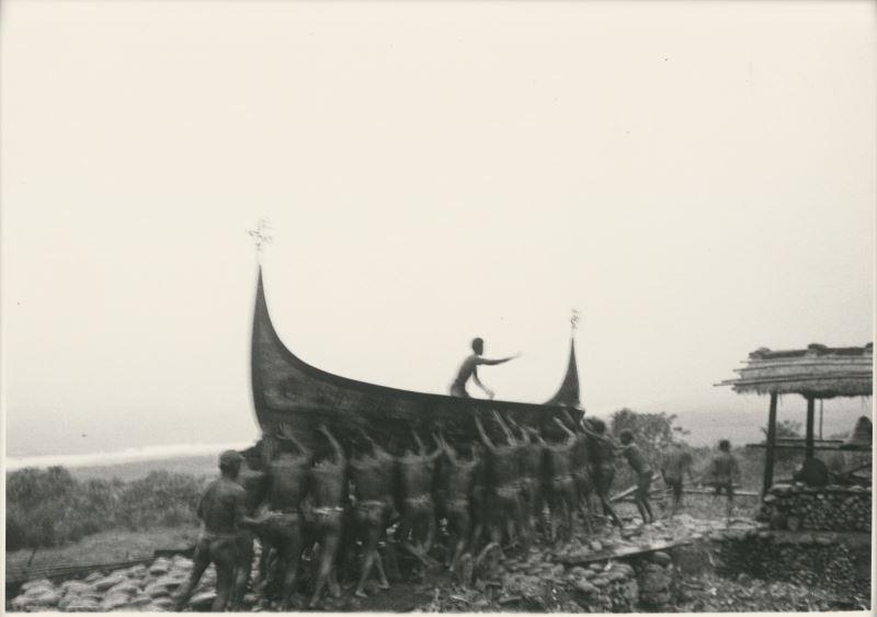 張才,〈雅美舟下水儀式系列4〉,明膠銀鹽相片,_30.5×_40.5__cm,國家攝影文化中心典藏