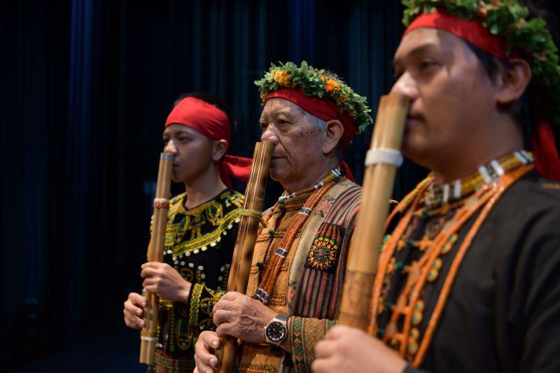 照片-排灣族雙管鼻笛是世界罕有的樂器,笛聲輕柔哀婉,能觸動人們心裡深切的情感。圖為國寶藝師謝水能帶領結業藝生鄭偉宏、孫漢曄共同演出。