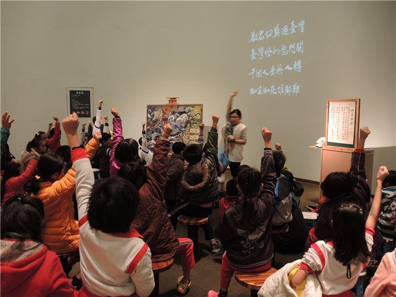 活動中,演教員會善用提問的方式與小朋友互動,圖為「阿福勇闖黑水溝」活動中學童踴躍舉手搶答。