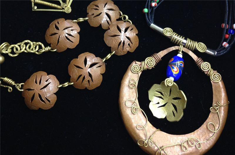 以傳統珠寶首飾技術-花絲技法Filigree 運用,將金銀絲線扭轉變化排列成各種圖案, 製作成項墜或耳環