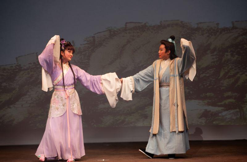 本次成果展演劇目為歌仔戲四大齣之一的《呂蒙正》圖左為學員何慧玲飾劉月娥、右為學員賴怡君飾呂蒙正