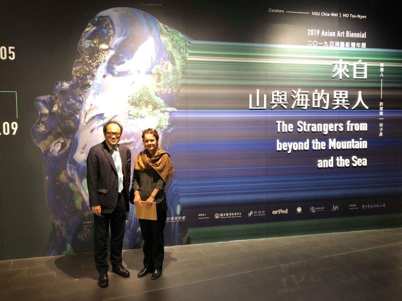 在2019亞洲藝術雙年展視覺牆前合影