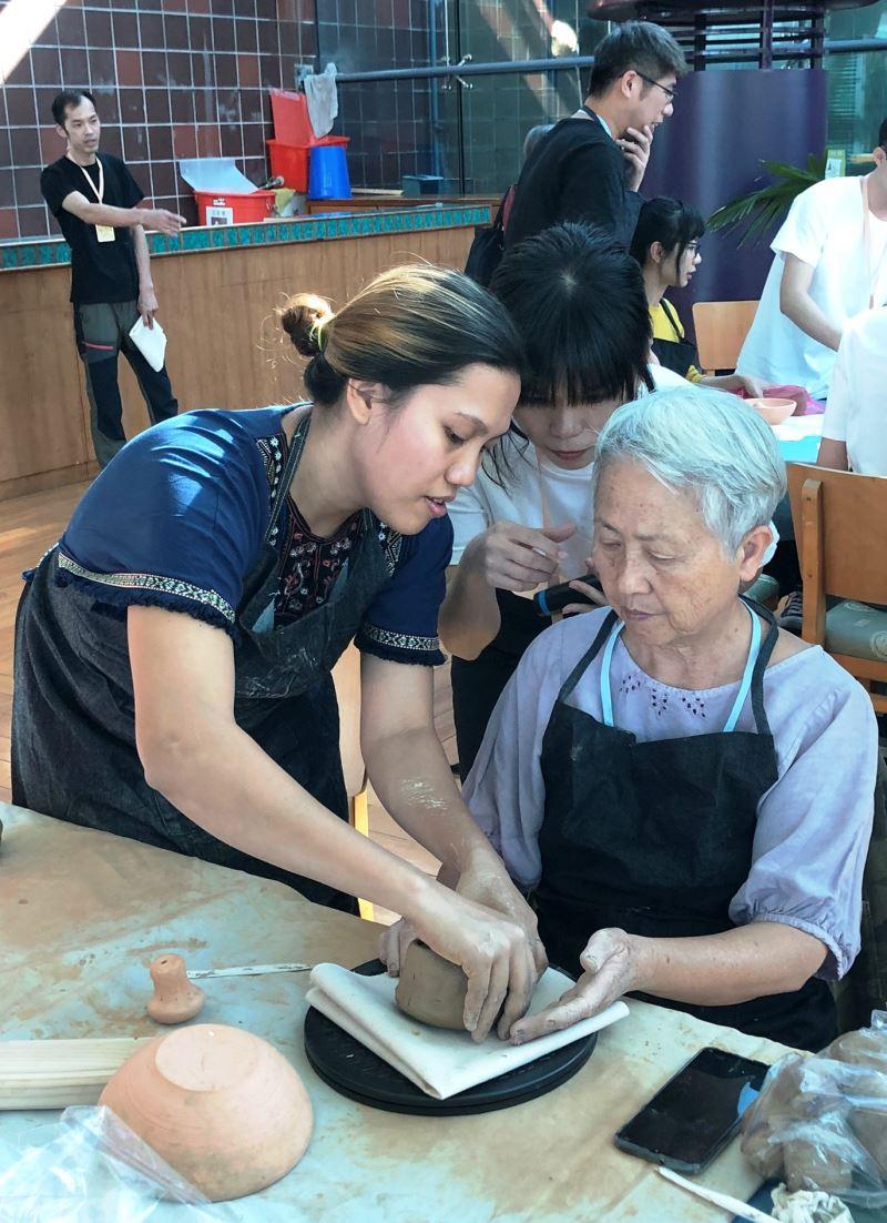 菲律賓陶藝藝術家Rosa Mirasol Melencio(中)指導學員仿製菲律賓國寶陶罐