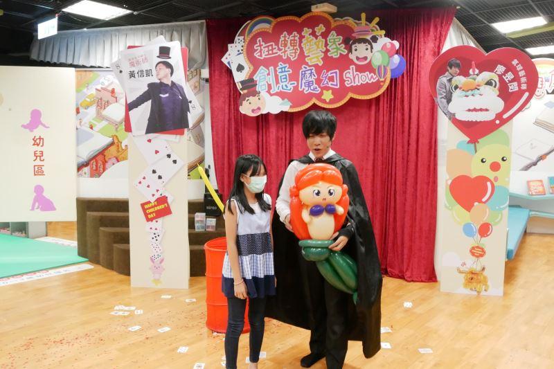 氣球藝術家廖昱閔與參與兒童互動1