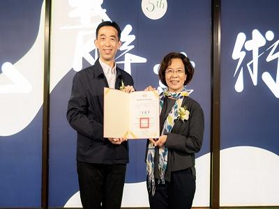 國父紀念館王蘭生館長致贈感謝狀高雄市政府文化局簡美玲副局長。