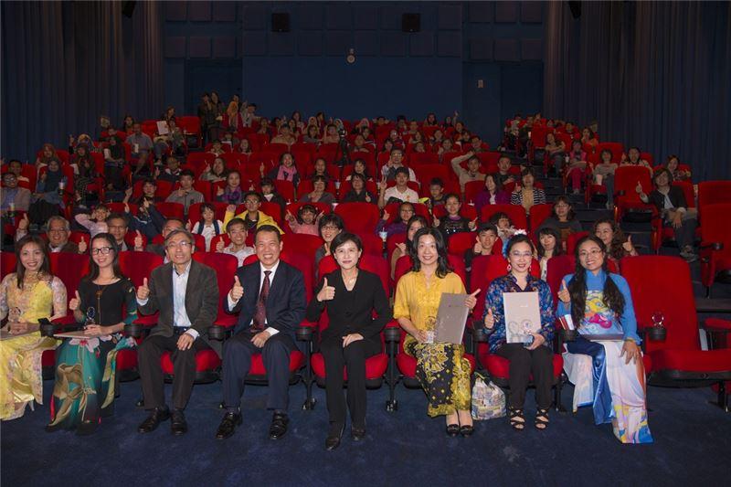 文化部長鄭麗君一同與新住民文化服務大使觀賞趙德胤導演作品《再見瓦城》,鼓勵新住民在臺灣勇敢築夢。