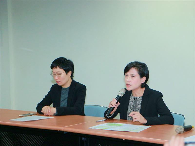 文化部長鄭麗君(右)說明文化部對於轉型正義工作的規劃