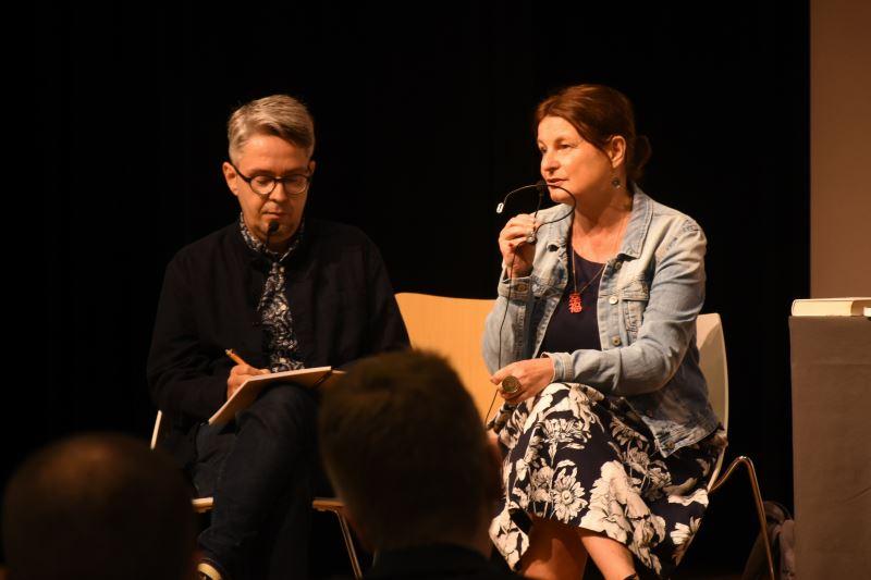 捷克作家Radka Denemarková(右)與記者兼即時口譯Filip Noubel談捷克文學之於歷史的意義