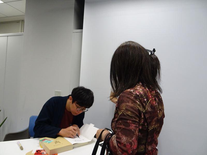 講座後讀者排隊簽書