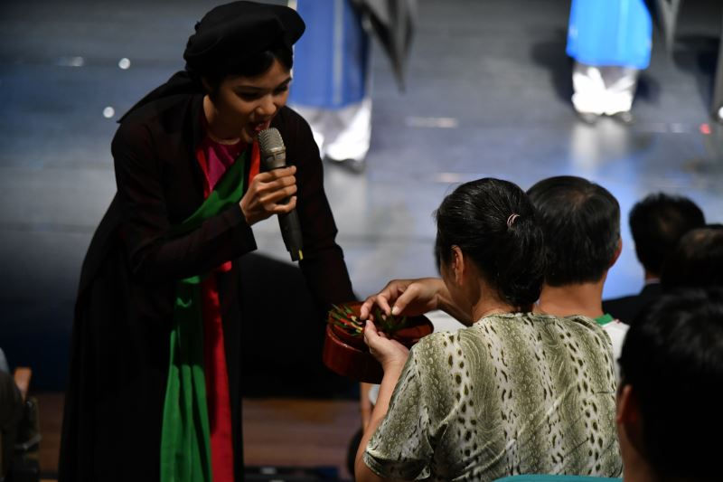 越南北寧官賀民歌藝術團演出請檳榔片段 片中的檳榔稱之為鳳凰檳榔 都是團員在後台親手製作的