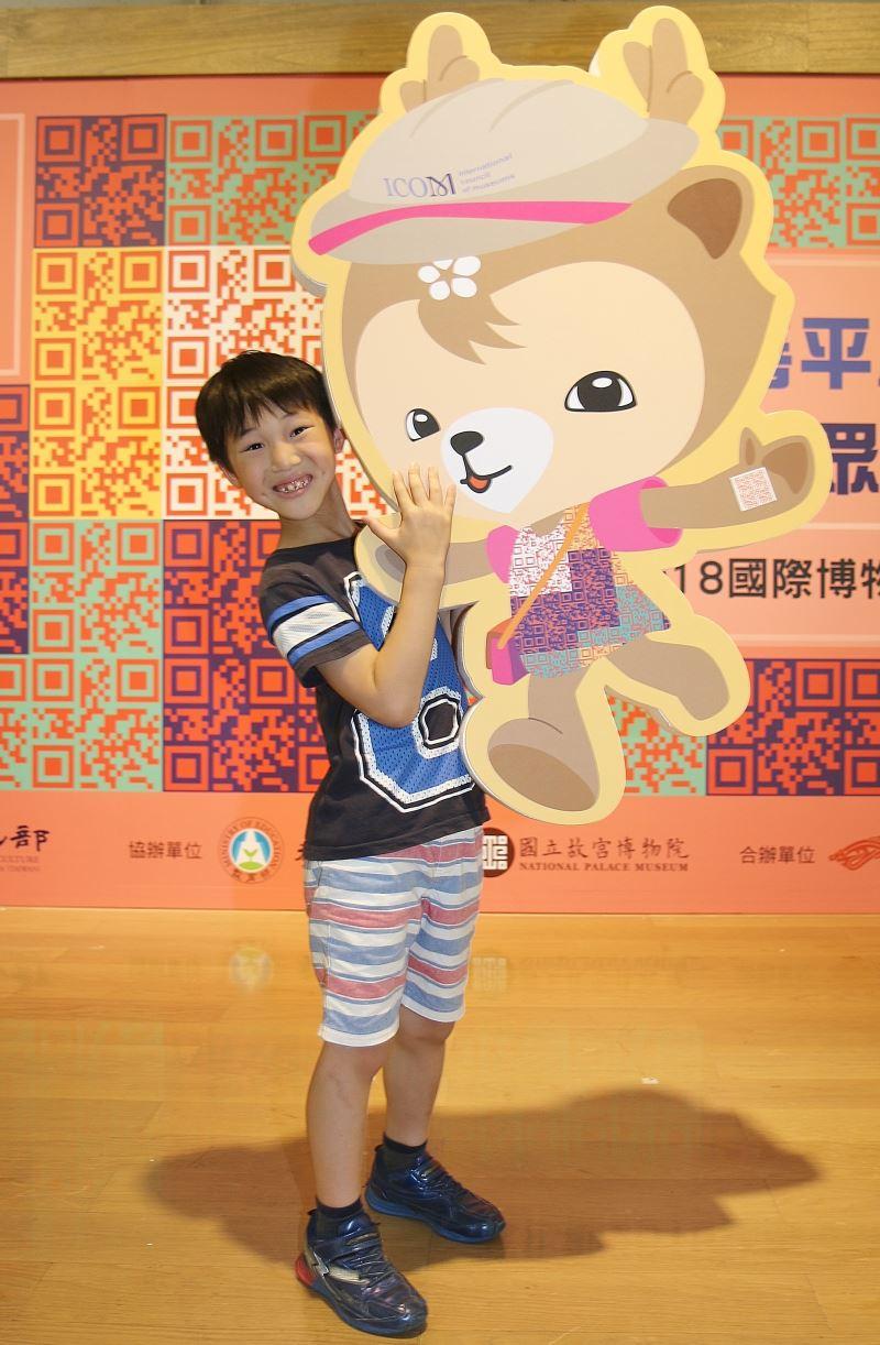 小朋友與518國際博物館日代言人「阿博」合照