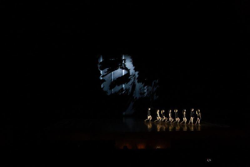 《普羅米修斯的創造》舞台影像呈現不同焦距的迷離幻影,製造豐富的層次感