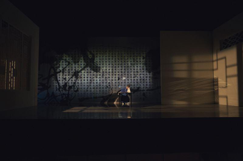 《亂紅》的設計與傳統戲曲舞台大不相同,讓人感受不同氛圍。
