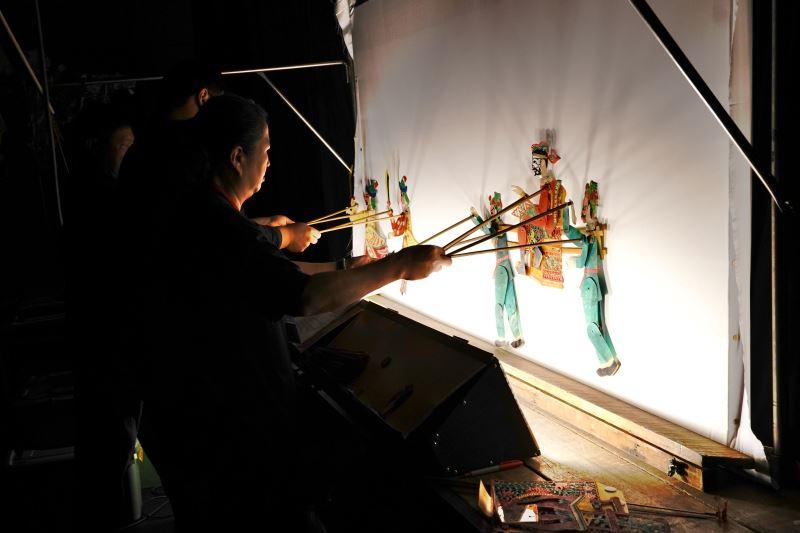 (小)04_永興樂皮影劇團成立超過百年,是一支典型的家族劇團,「永遠高興快樂」是團名的由來,劇團堅持秉持傳統文化並融入時代潮流創作新戲,透過雕刻精美的戲偶、原汁原味的傳統音樂演出,讓民眾體驗道地的皮影藝術。