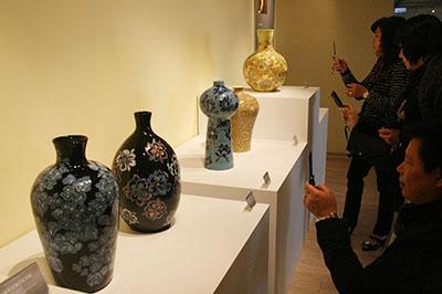 2010年、国家工芸成就奨の授賞式。会場には、当時75歳の受賞者、蘇世雄の雕釉技法の作品が展示された
