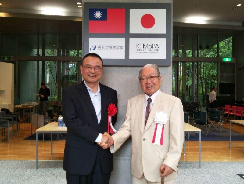 日本清里美術館長細江英公先生(右)與國立臺灣美術館蕭宗煌館長(左)互祝展出成功