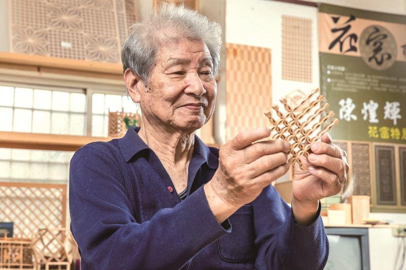 陳煌輝示範如何將木條精準密實地鑲嵌組合成為複雜的圖形。