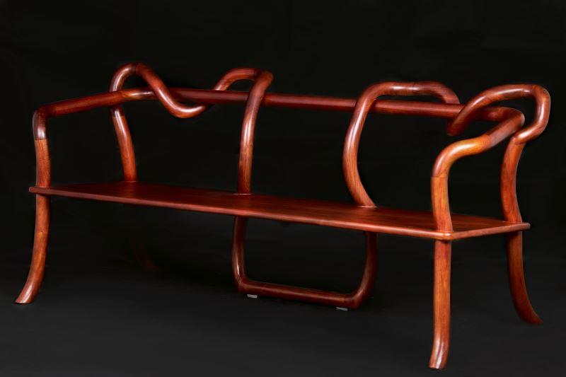 林繼達設計的「躺著不想動」貴妃椅,線條相當現代。