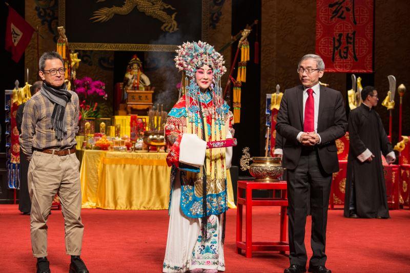 國光劇團演出人員與傳藝中心主任陳濟民向大家拜年
