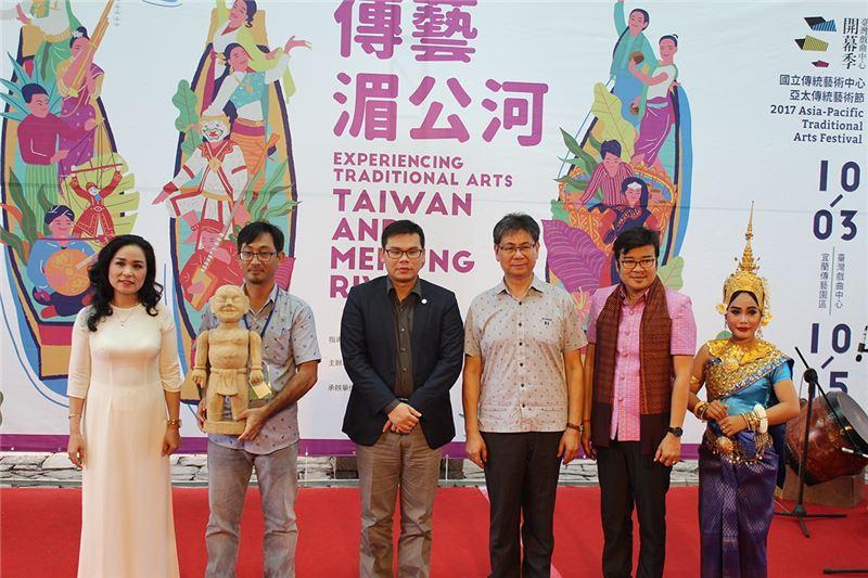 與會全體合影(由左至右越南傳統音樂團代表 水傀儡團代表 李執行長 吳主任 柬埔寨皮影戲團代表 暹粒舞蹈團代表)