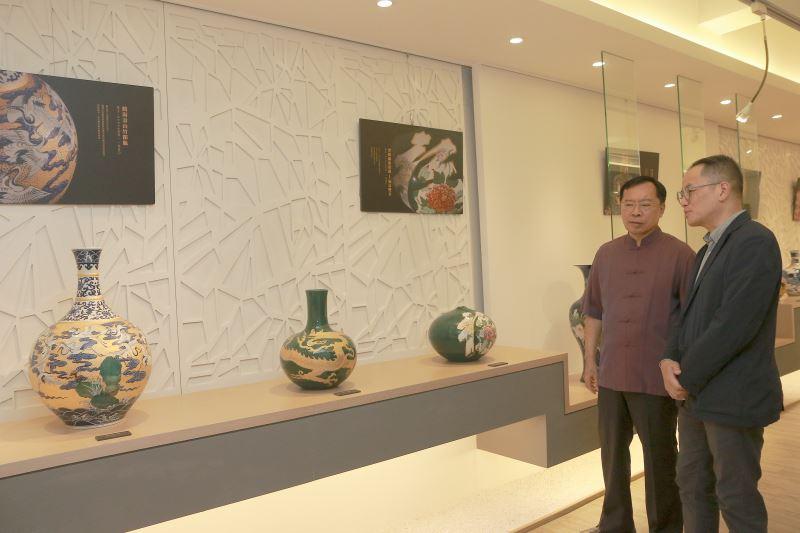 文化部次長彭俊亨(右)及國立臺灣工藝研究發展中心主任許耿修一同參觀許朝宗陶瓷藝術館