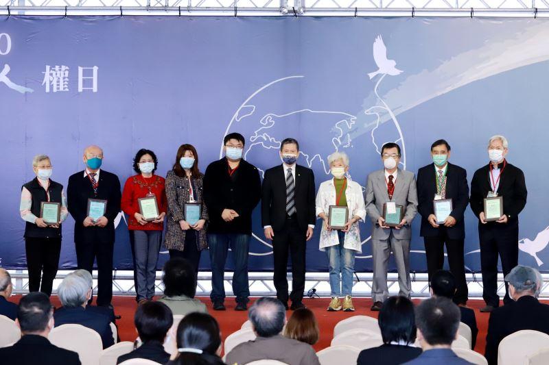 文化部長李永得(右5)頒發感謝狀,感謝捐贈者的白色恐怖史料,讓社會得以見證歷史