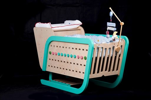 木藝師李汪達以雪橇車為靈感所設計的嬰兒床。