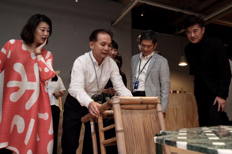 工藝中心張仁吉主任(左二)向立法委員吳思瑤(左一)及文化部李永得部長(右二)介紹微物集會展覽作品