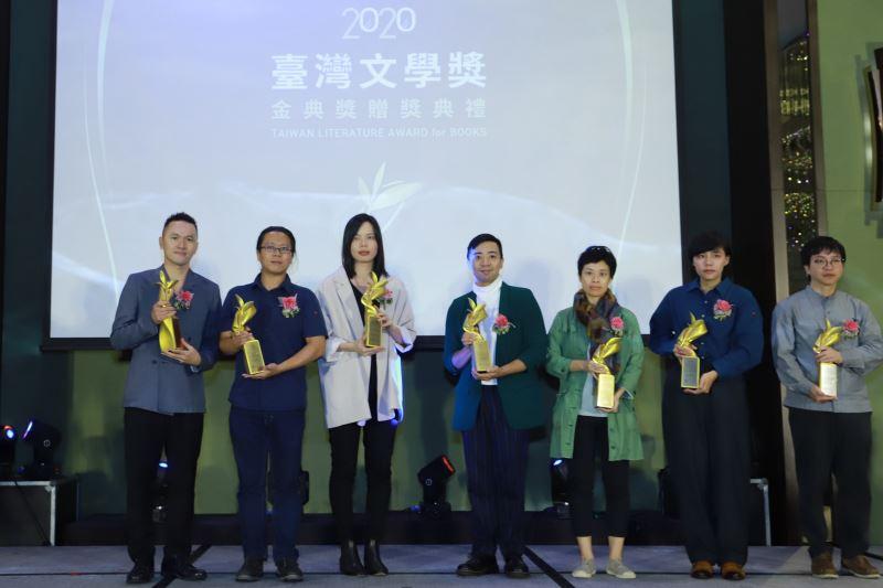 左起陳思宏、陳昌遠、林新惠、蘇致亨、廖瞇、羅苡珊(代領)、蔡翔任合影