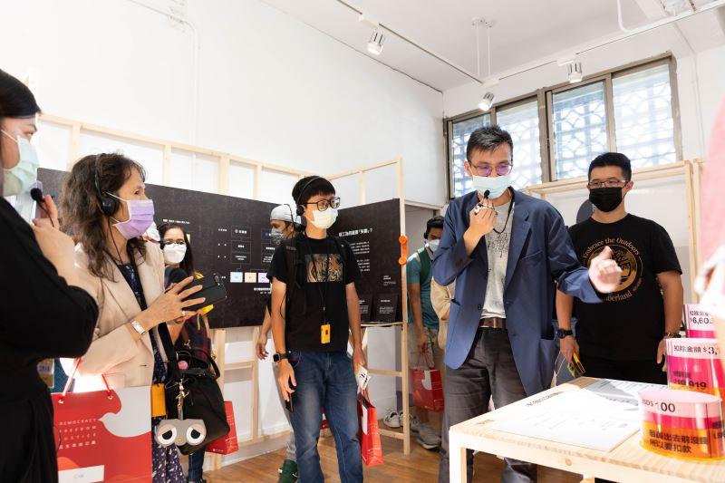 策展團隊代表林正尉(右2)導覽展場
