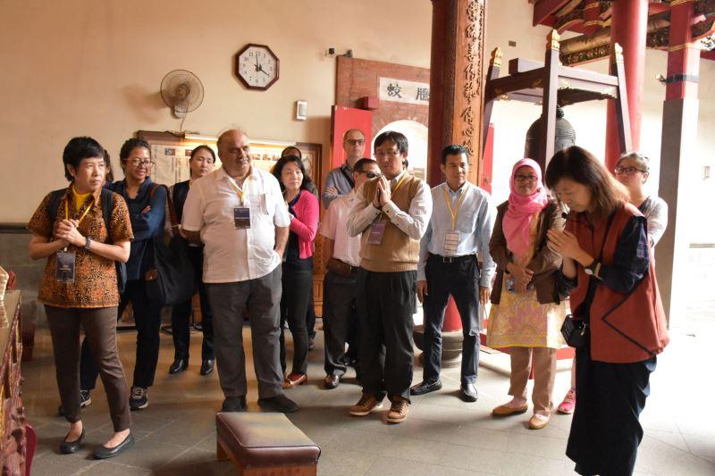 傳藝志工在文昌祠示範如何祝禱
