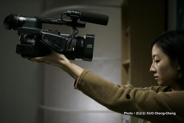 慢慢地,皮耶的攝影機變成一個新的溝通橋樑,