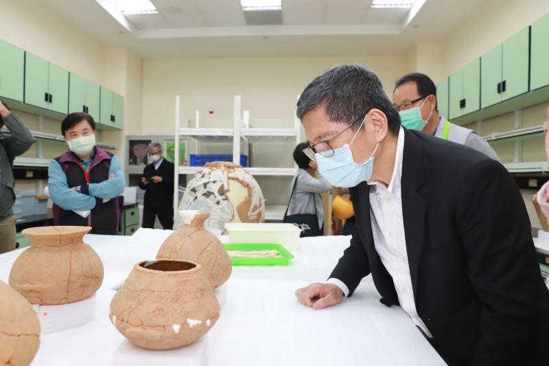 文化部長李永得參觀史前館陶罐修復